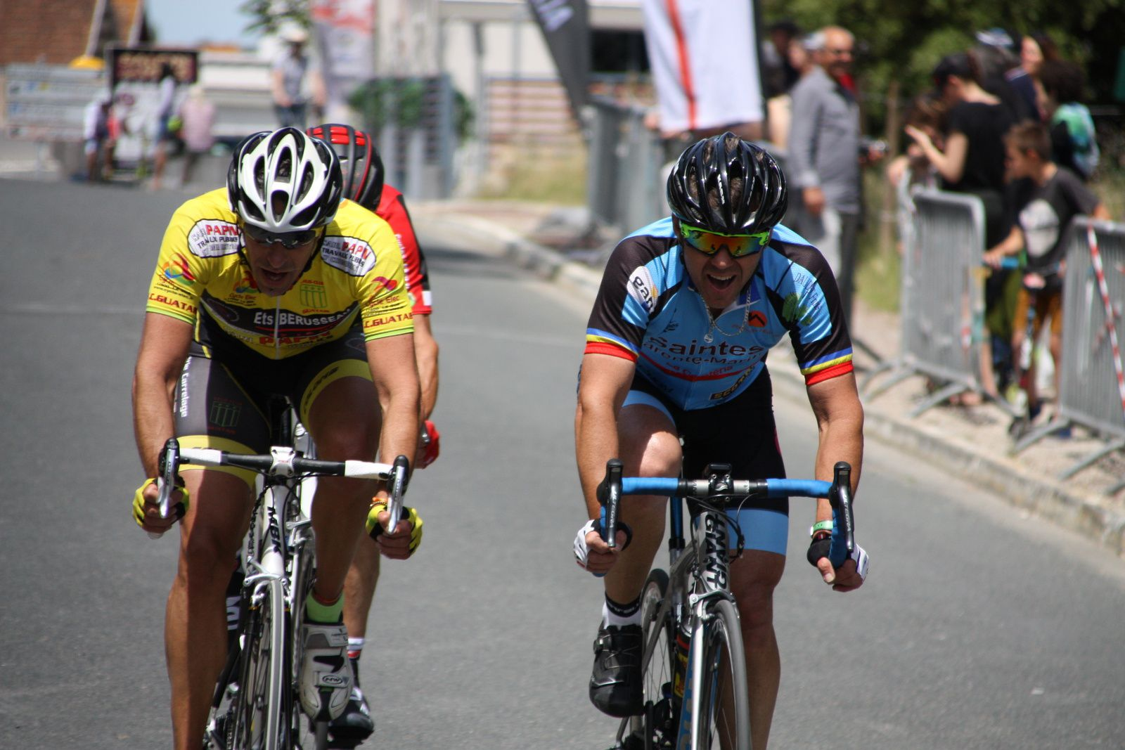Les  3  coureurs  tentent  dec  faire  le  break