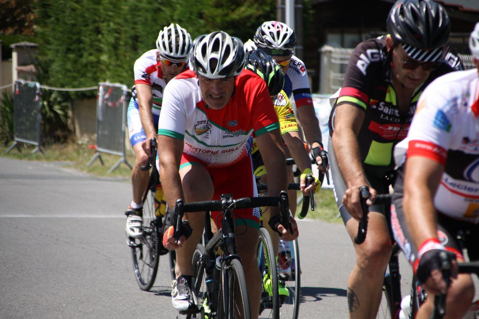Il  reste  3  tours  un  coureur  est  sortit  seul  du  groupe  de  tête  ou  figurent  Christophe  DAVIAUD, Jean-Claude  VERREKEN, notammant.