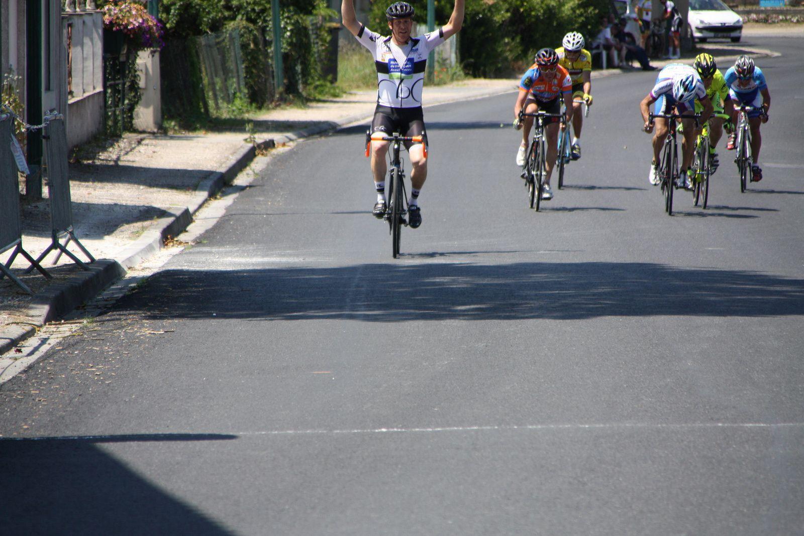 L'arrivée  et  la  victoire  pour  Jérome  BERTRAND(Côte de Beauté C), 2e  Jean-Jacques  SCKOLNIK(AVC  Libourne), 3e  Bruno  VERHOEVEN(UVA)