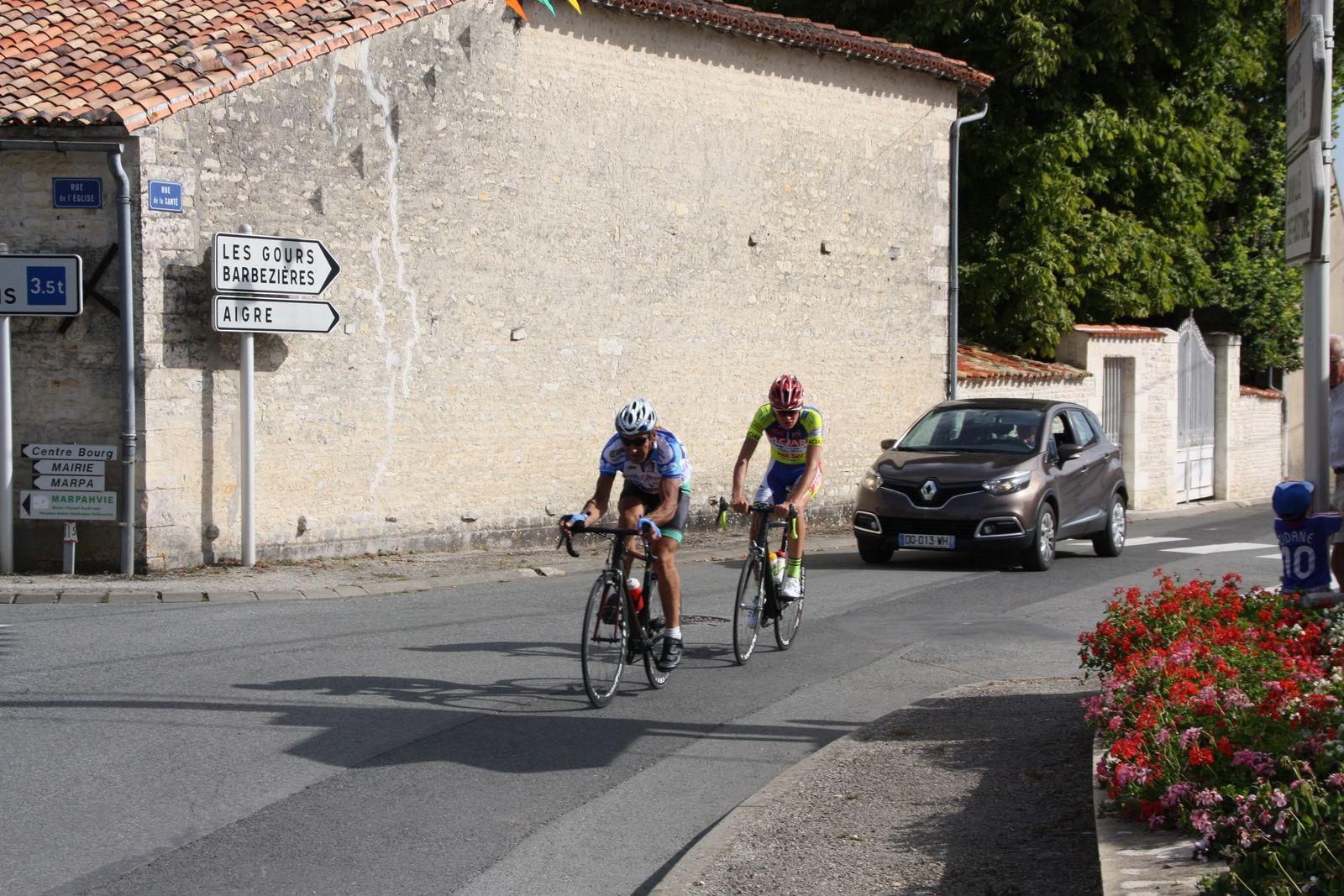 A  1  tour  de  l'arrivée  Michaél  MEYTOU  et  Florian  BOINEAU  vont  se  disputer  la  victoire