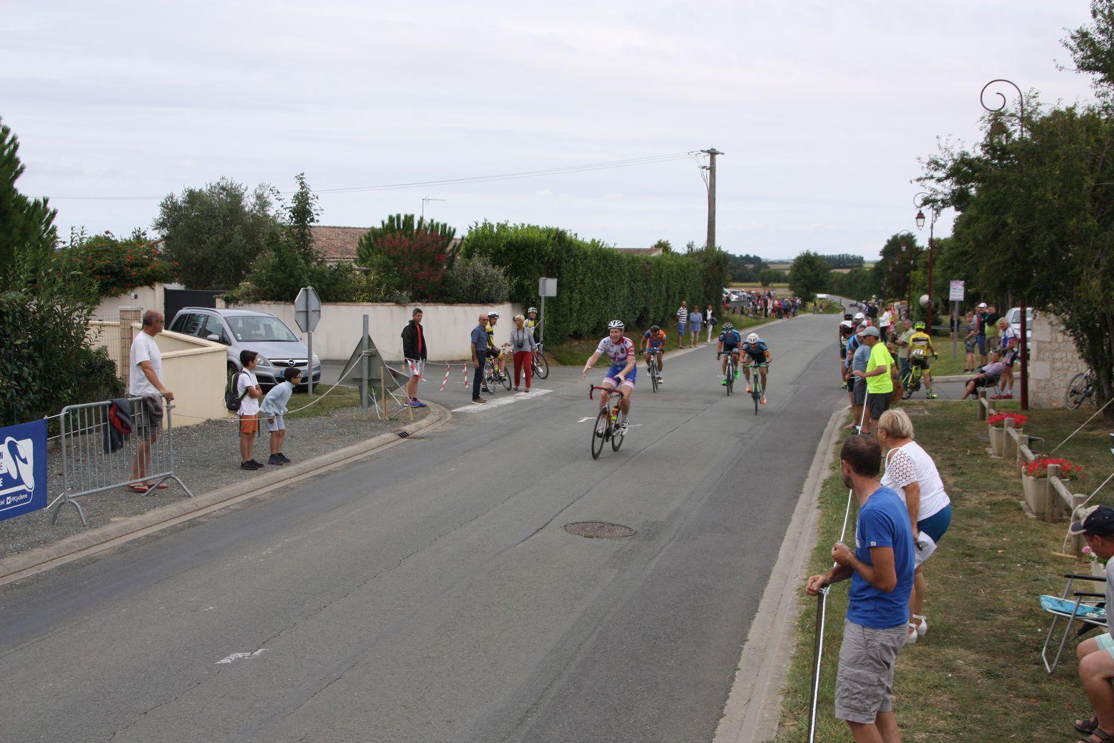 L'arrivée  et  la  victoire  au  sprint  pour  Jean-Patrick  TISSEAU(VC  Charente-Océan)
