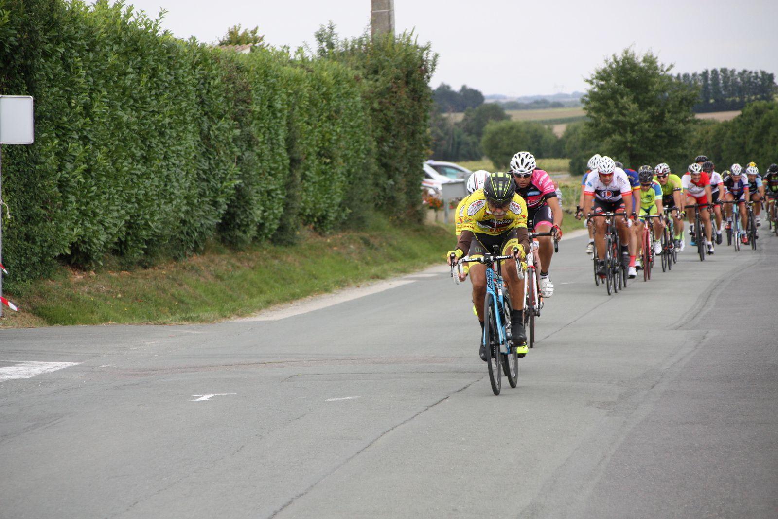 Regroupement , 2  coureurs  du  VC Le  Gua  emménent  le  peloton.
