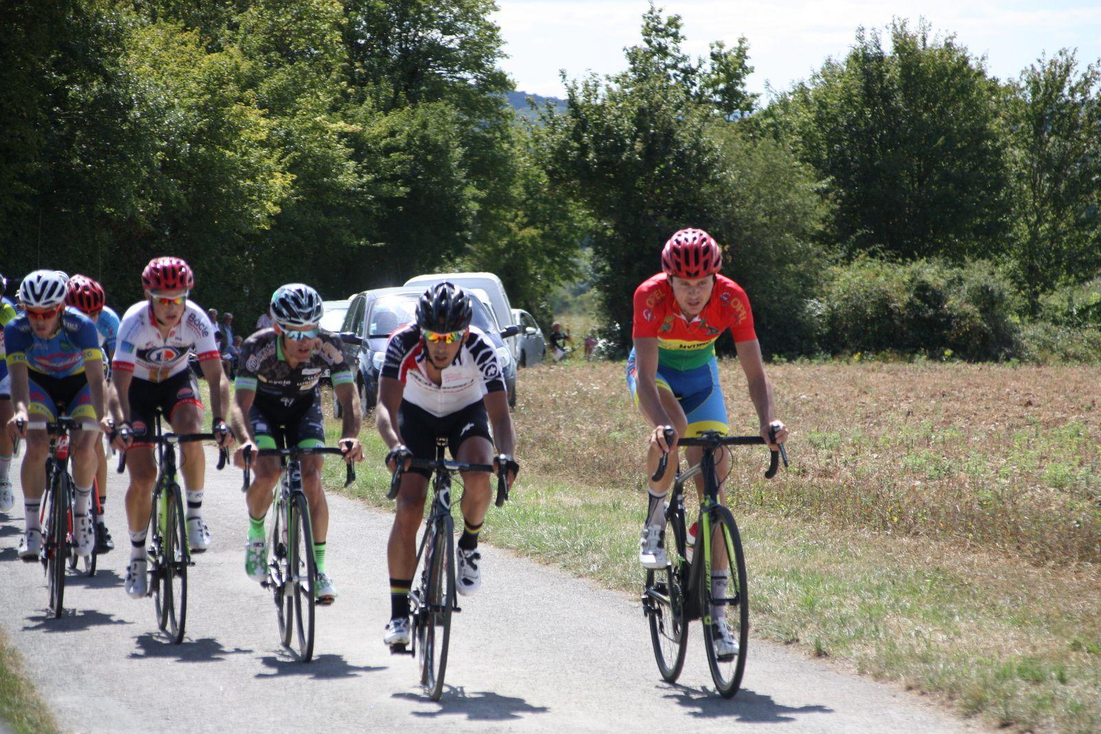 Une  douzaine  de  coureurs  se  sont  regroupés  en  tête  emmenés  par  Martial  ROMAN
