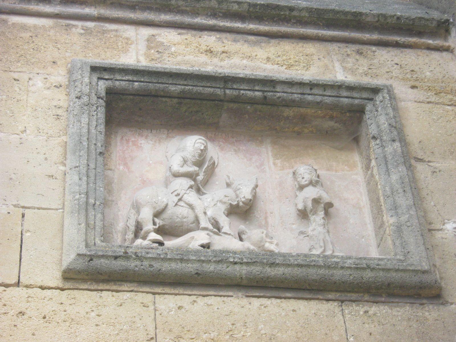 L'église toujours sans son clocher et le bas relief