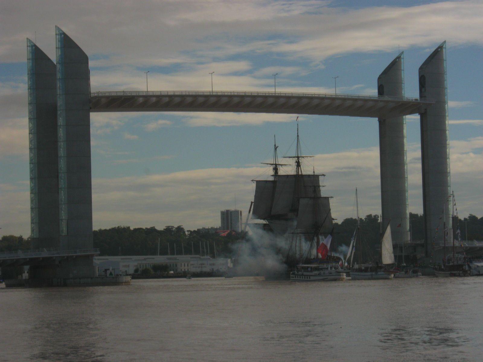 Elle arrive sous le pont Chaban, elle tire au canon pour nous dire au-revoir. BONS VOYAGES