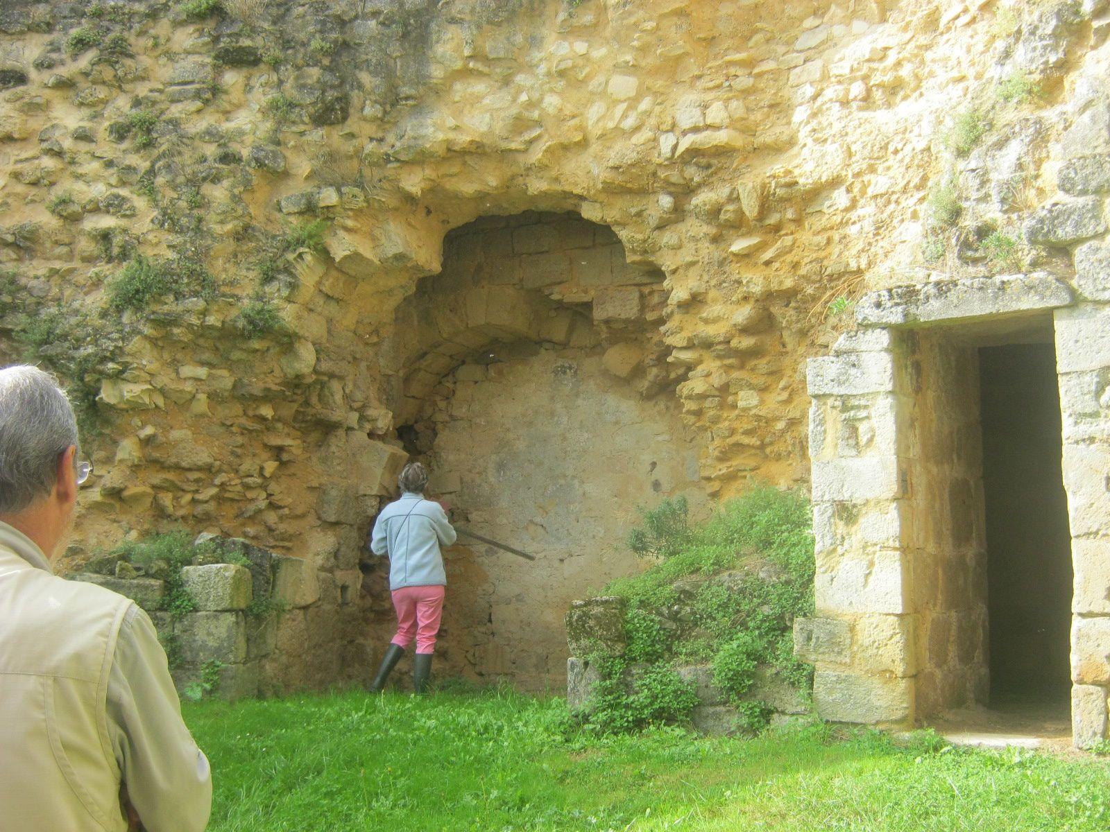 dans les deux cours intérieures on peut voir des pans de murs qui ont été consolidés mais certaines parties sont encore dangereuses
