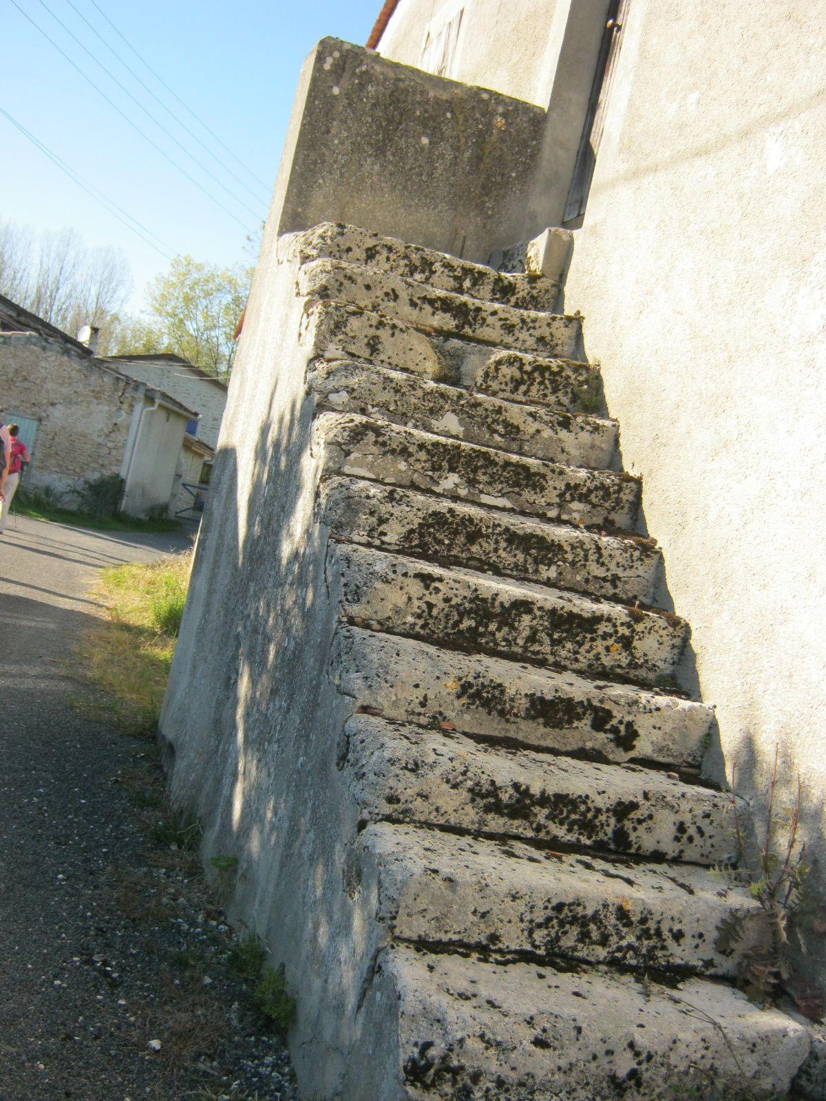 dans le village pas un chat, un vieil escalier