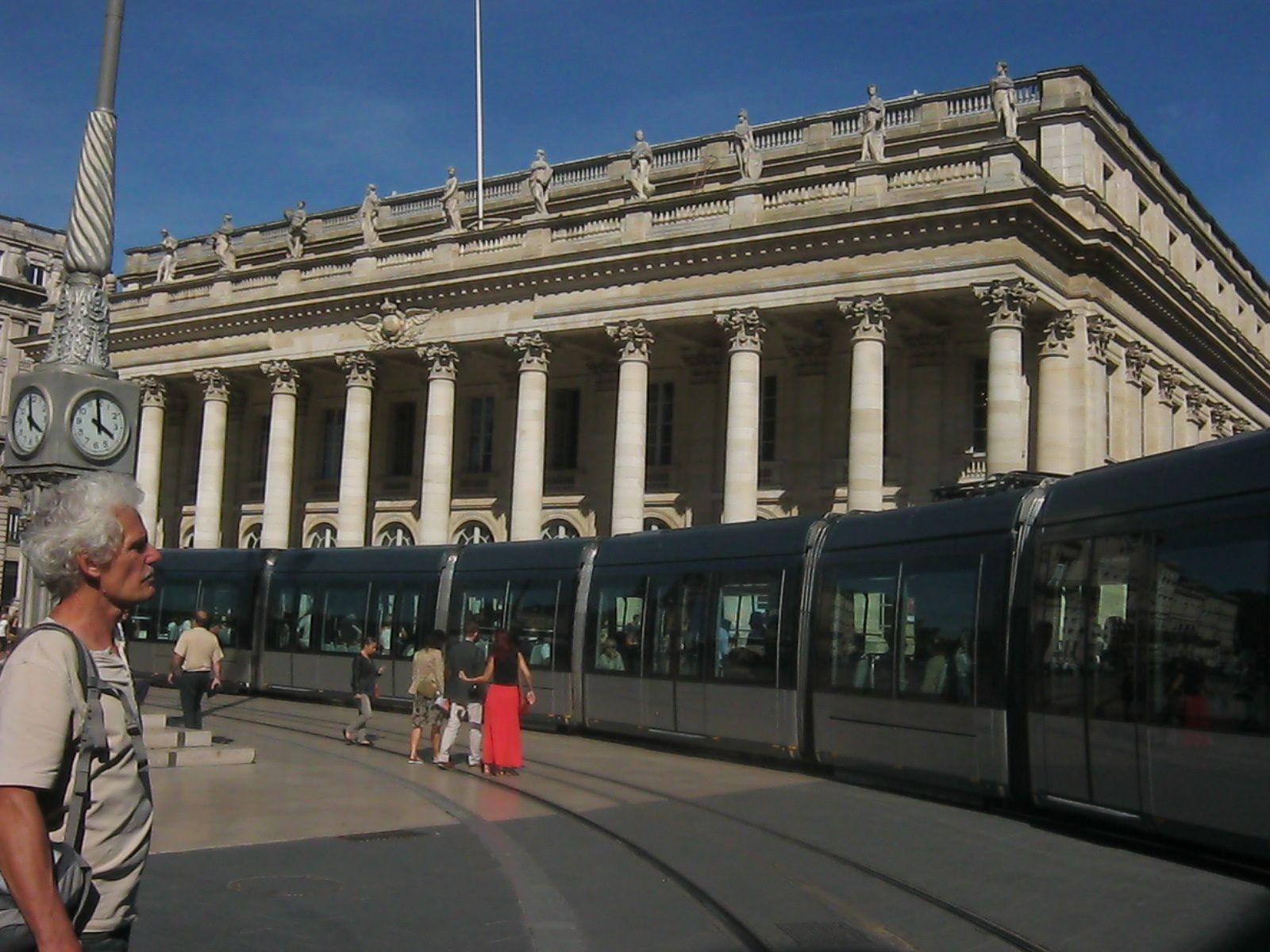 LE TRAMWAY DEVANT L'OPÉRA DE BORDEAUX