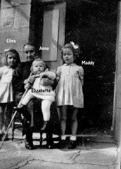 Anna devant la ferme avec 3 de ses arrières petites filles.