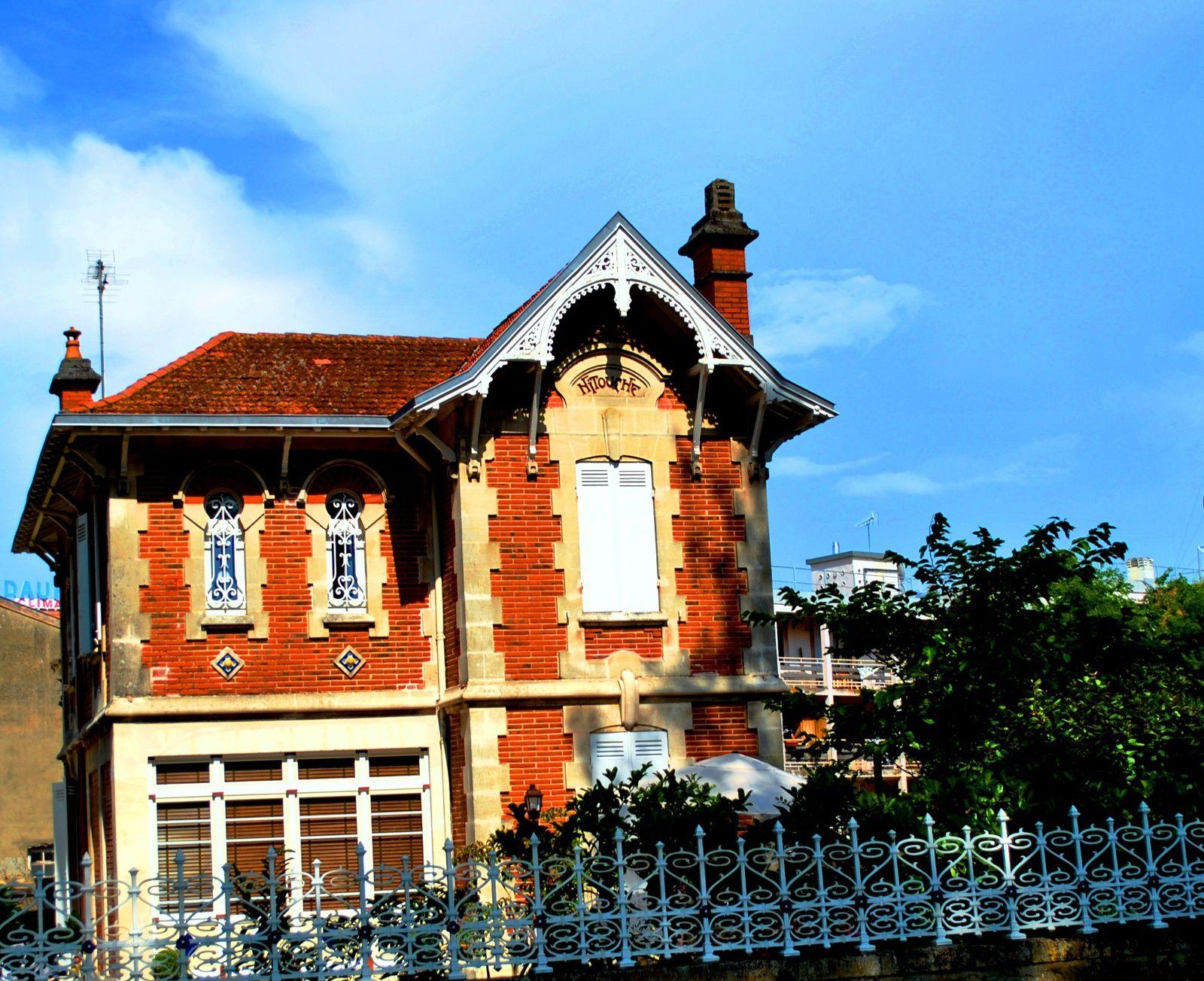 L'architecture des belles maisons de la ville d'Arcachon donne envie d'être propriétaire arcachonnais.