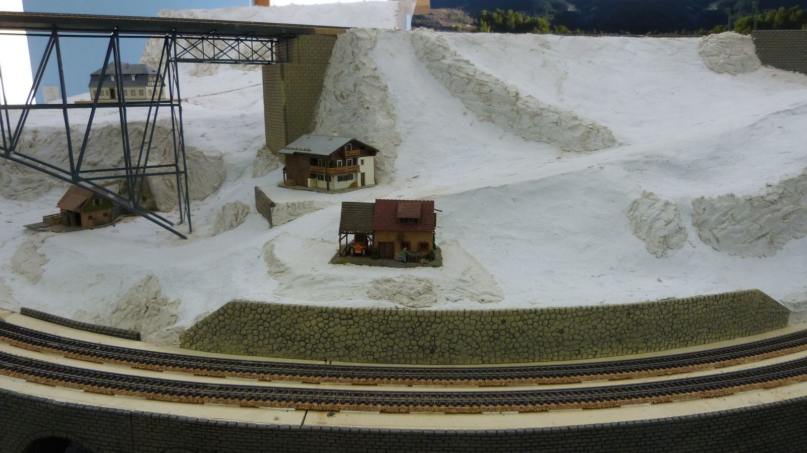 Construction du décor:pillier Sud du viaduc métalique