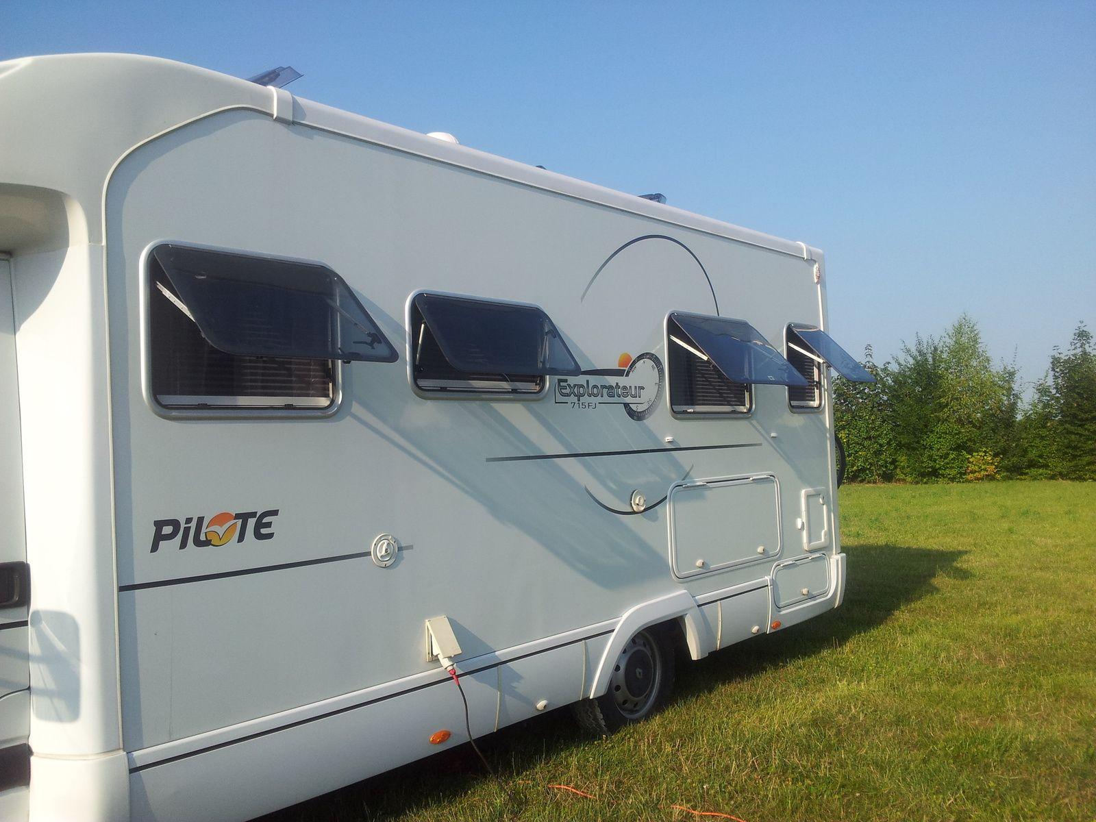 vol d,un camping car pilote explorateur fj 715 lit jumeau