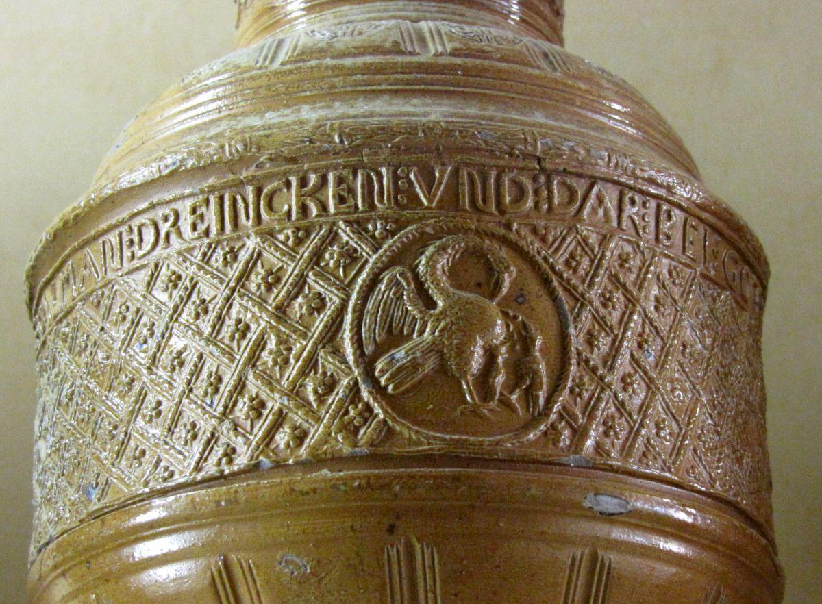 Cruche en grès à décor gravé en relief