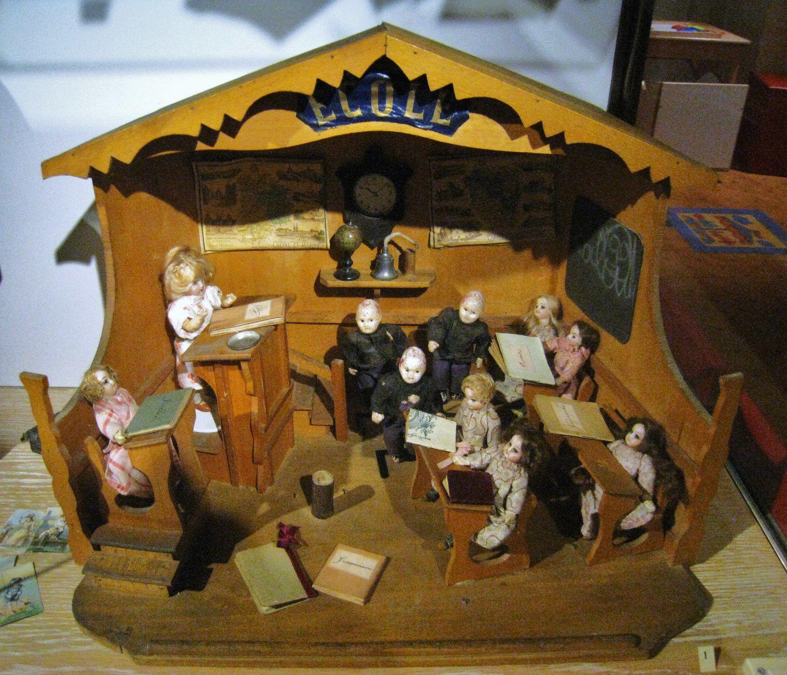 Ecole avec poupées mignonnettes (1900)