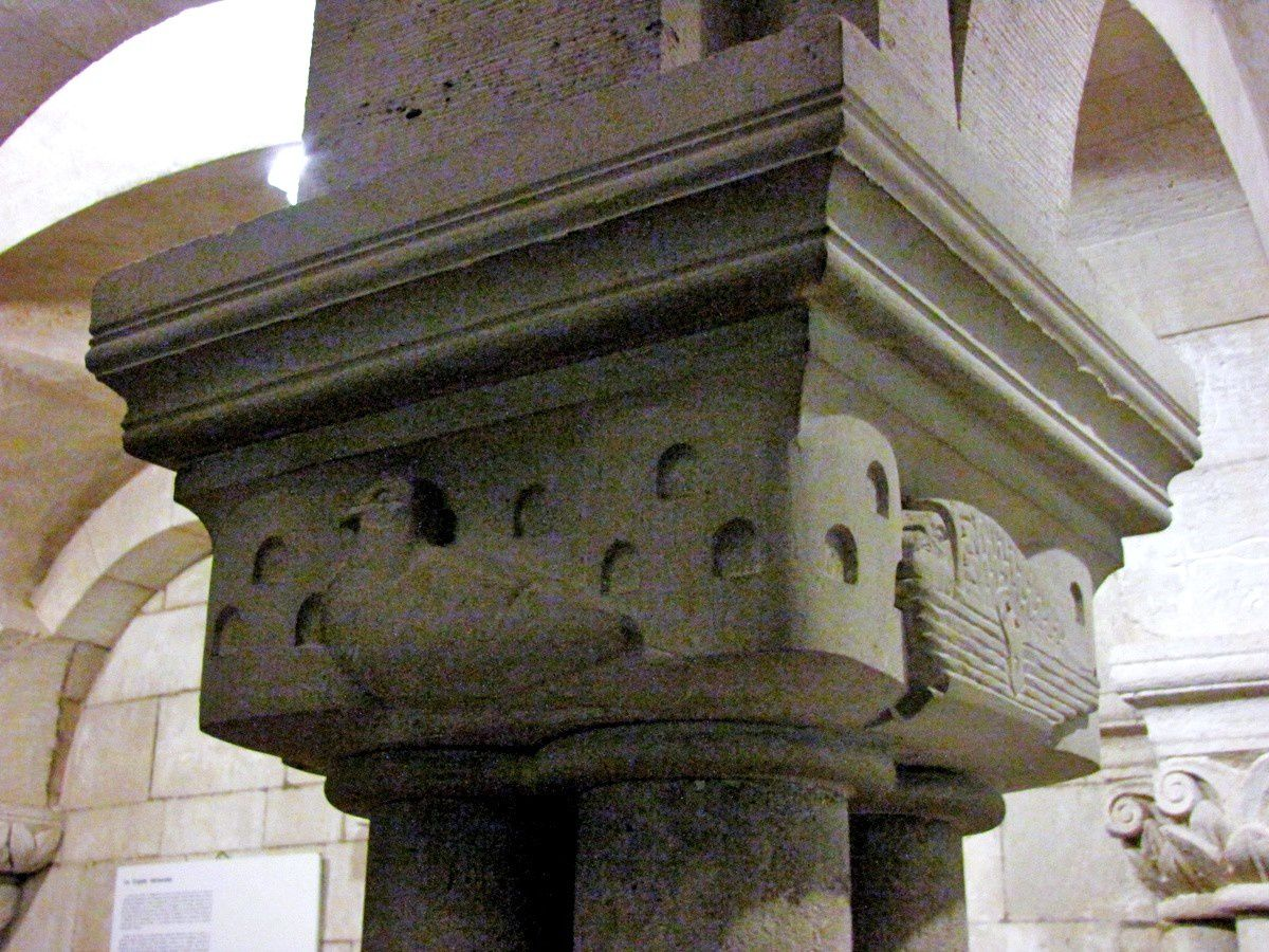 Crypte de la cathédrale de Verdun, chapiteaux de Gaston Le Bourgeois (1/3)