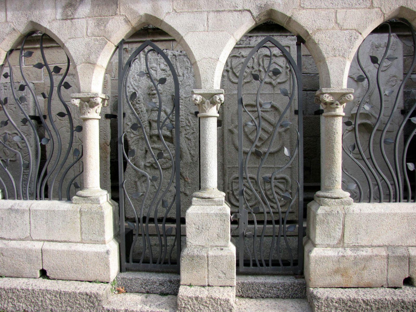 Dalles funéraires, cour du palais épiscopal de Quimper (Finistère)