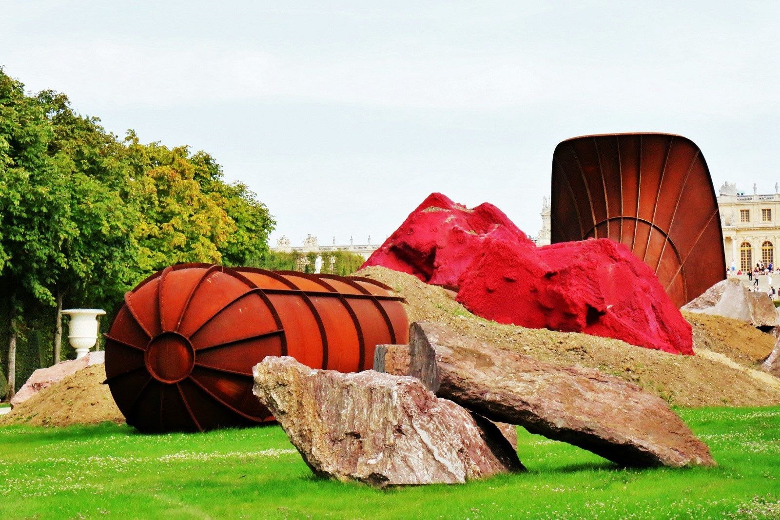 Dirty Corner d'Anish Kapoor dans les jardins de Versailles