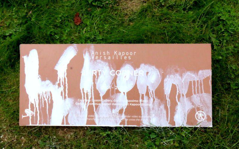 Dirty Corner d'Anish Kapoor vandalisé dans les jardins de Versailles