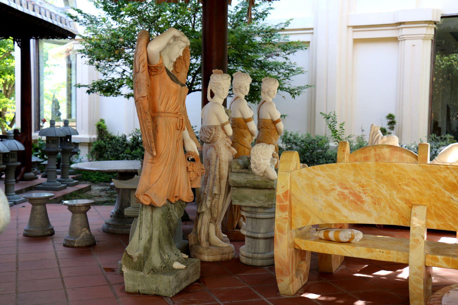 Marbrerie à Non Nuoc (Vietnam), sculptures féminines (1/2)