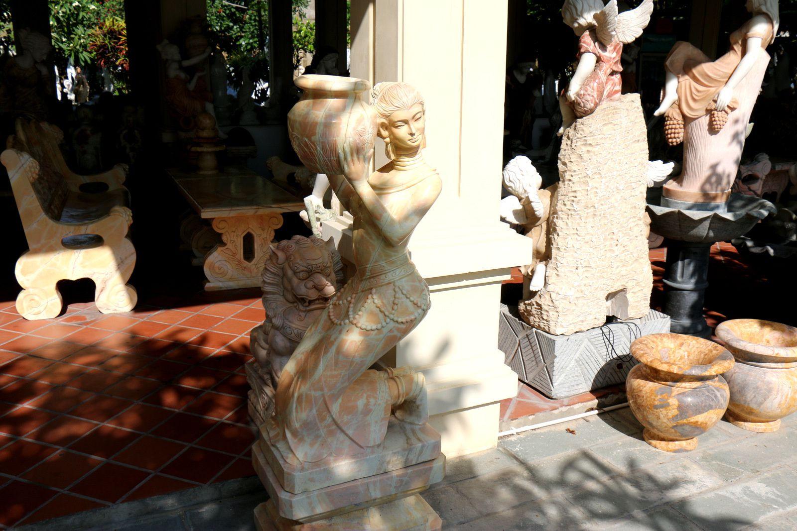 Marbrerie à Non Nuoc (Vietnam), sculptures féminines (2/2)