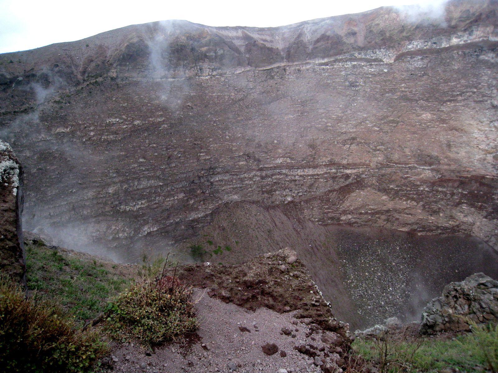 Les fumerolles sont dans le bas du cratère. En haut, des nuages ...
