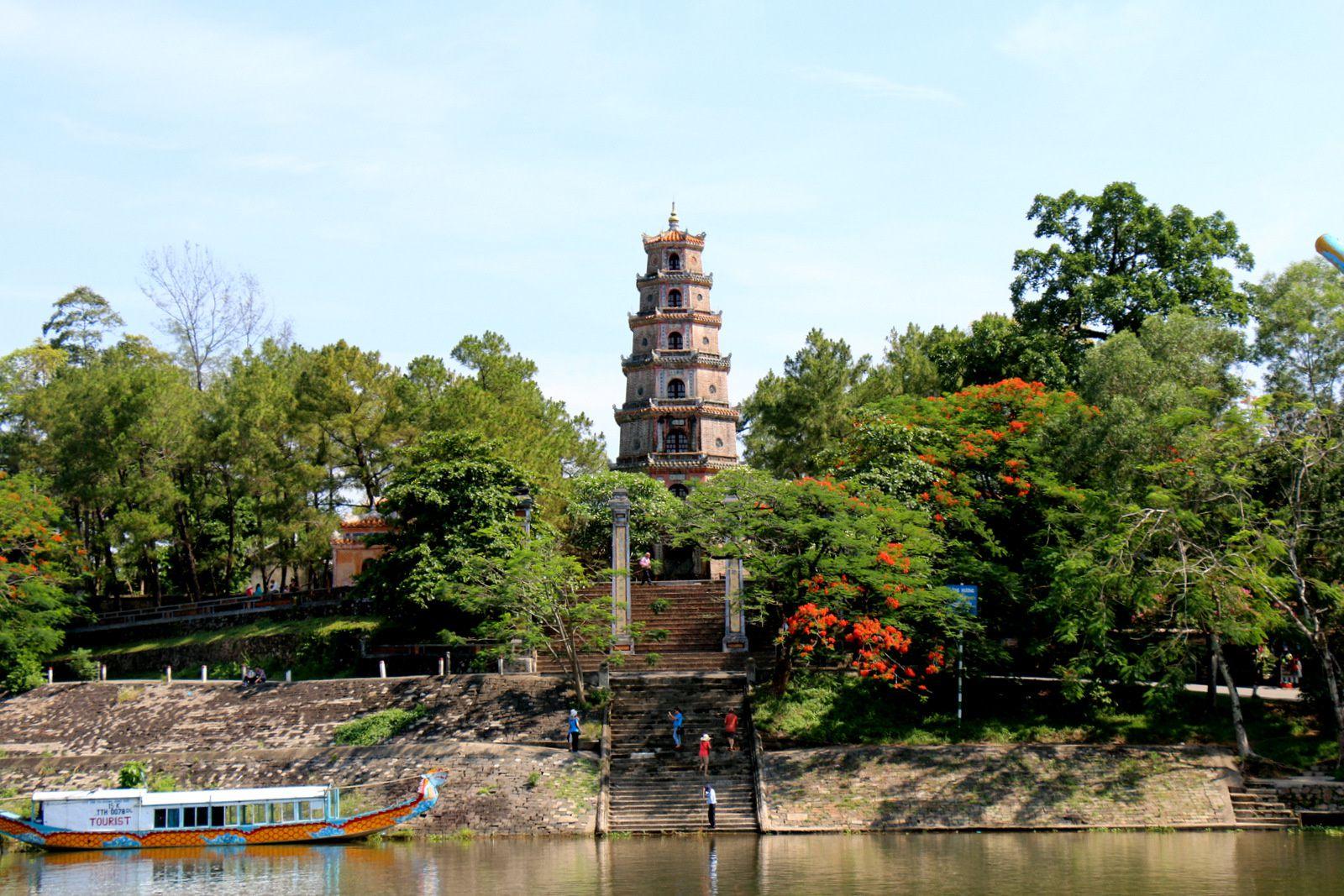 Pagode de Thiên Mu (Vietnam), l'arrivée par la rivière des Parfums