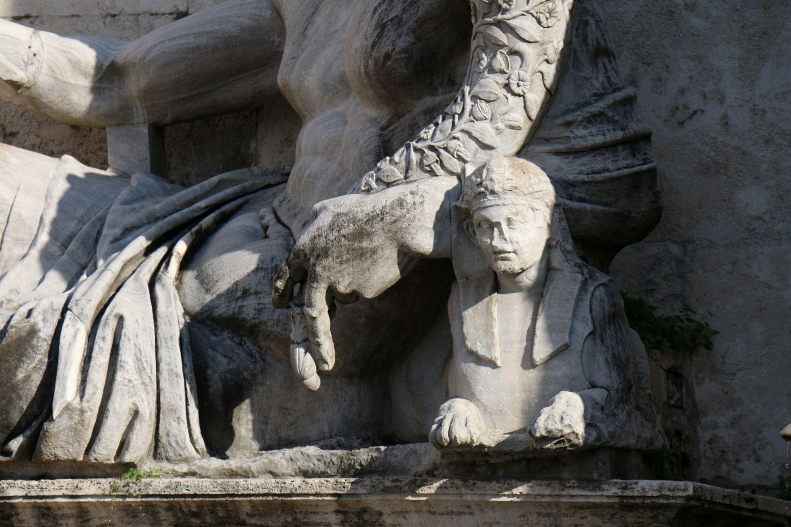 Statues de la fontaine du Palais des Sénateurs, place du Capitole (Rome)