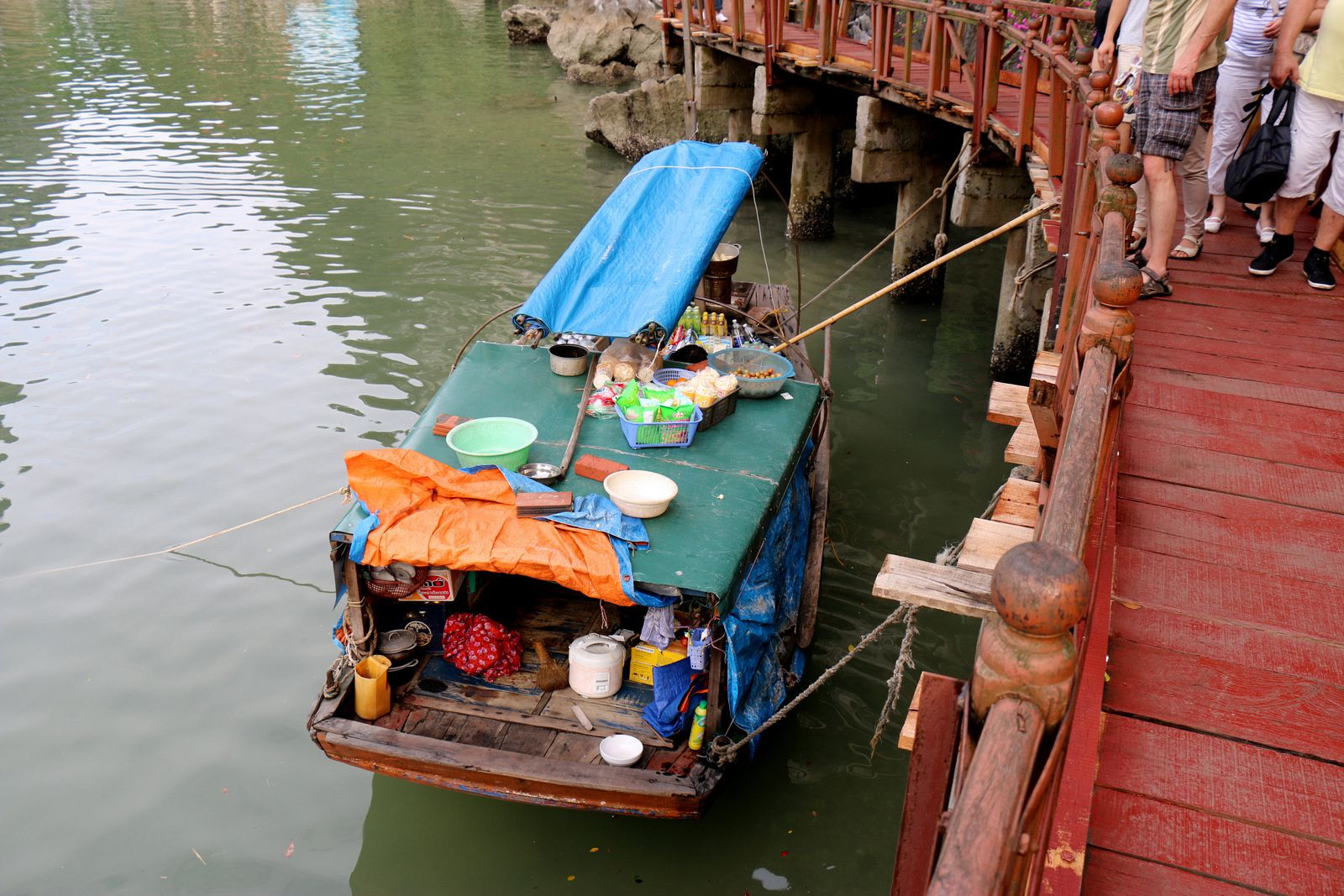 Embarcations légères, baie d'Ha Long (Vietnam)