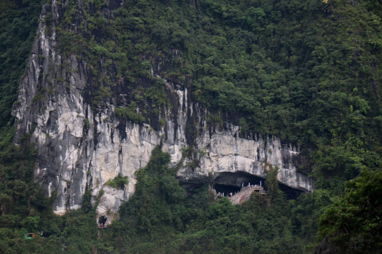 La grotte de Sửng Sốt (1/2), baie d'Halong au Vietnam