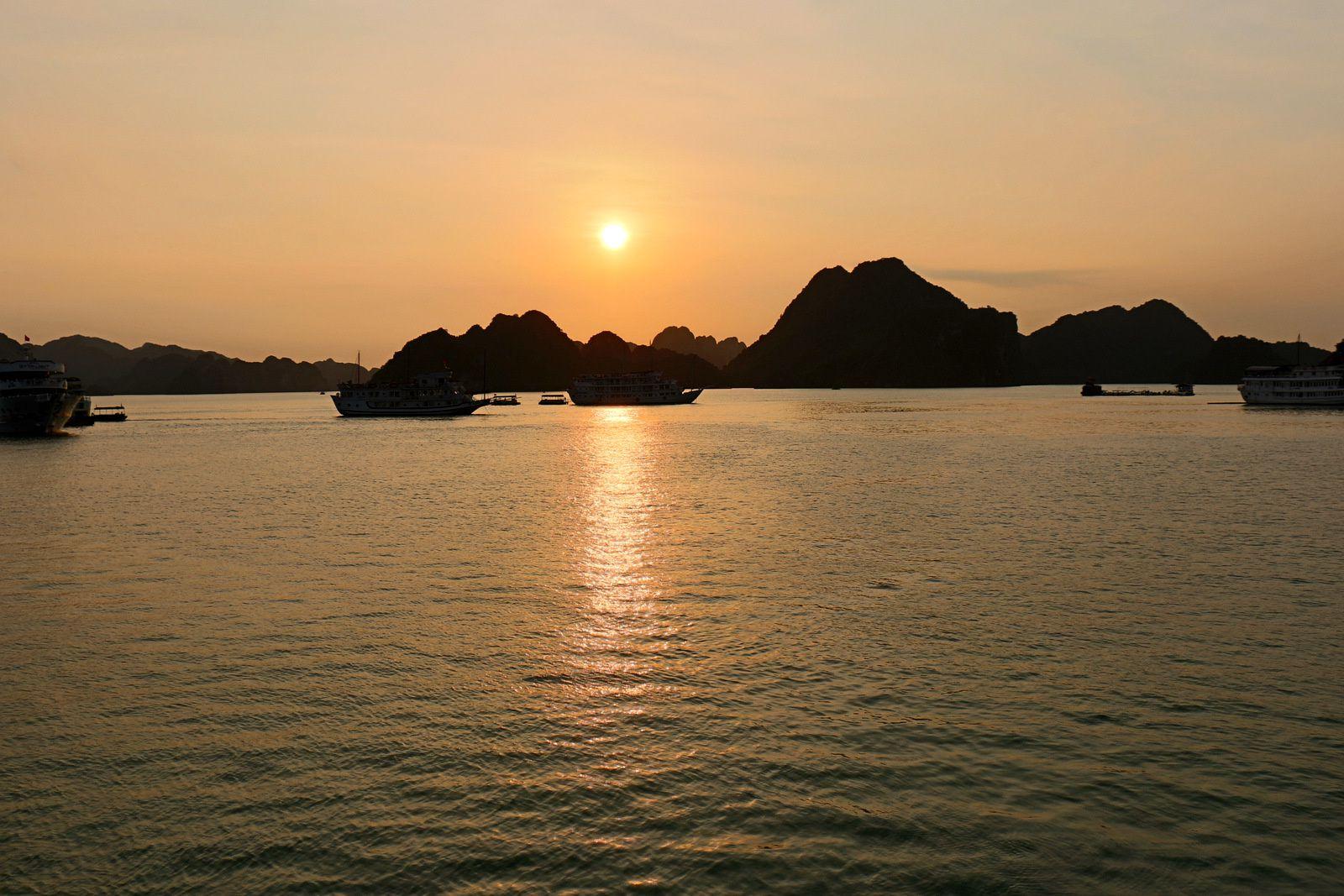 Coucher de soleil sur la baie d'Halong au Vietnam