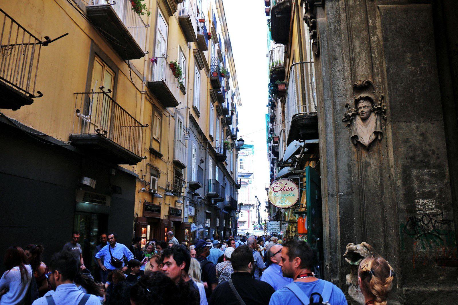 Polichinelle et le Baiser dans les ruelles de Naples