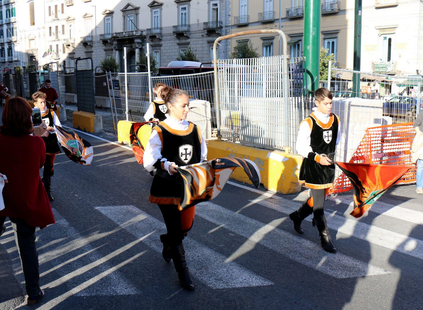 Défilé médiéval à Naples, porteurs de bannières