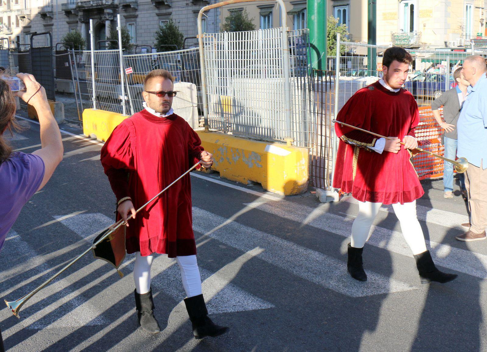Défilé médiéval à Naples, tambours et trompettes