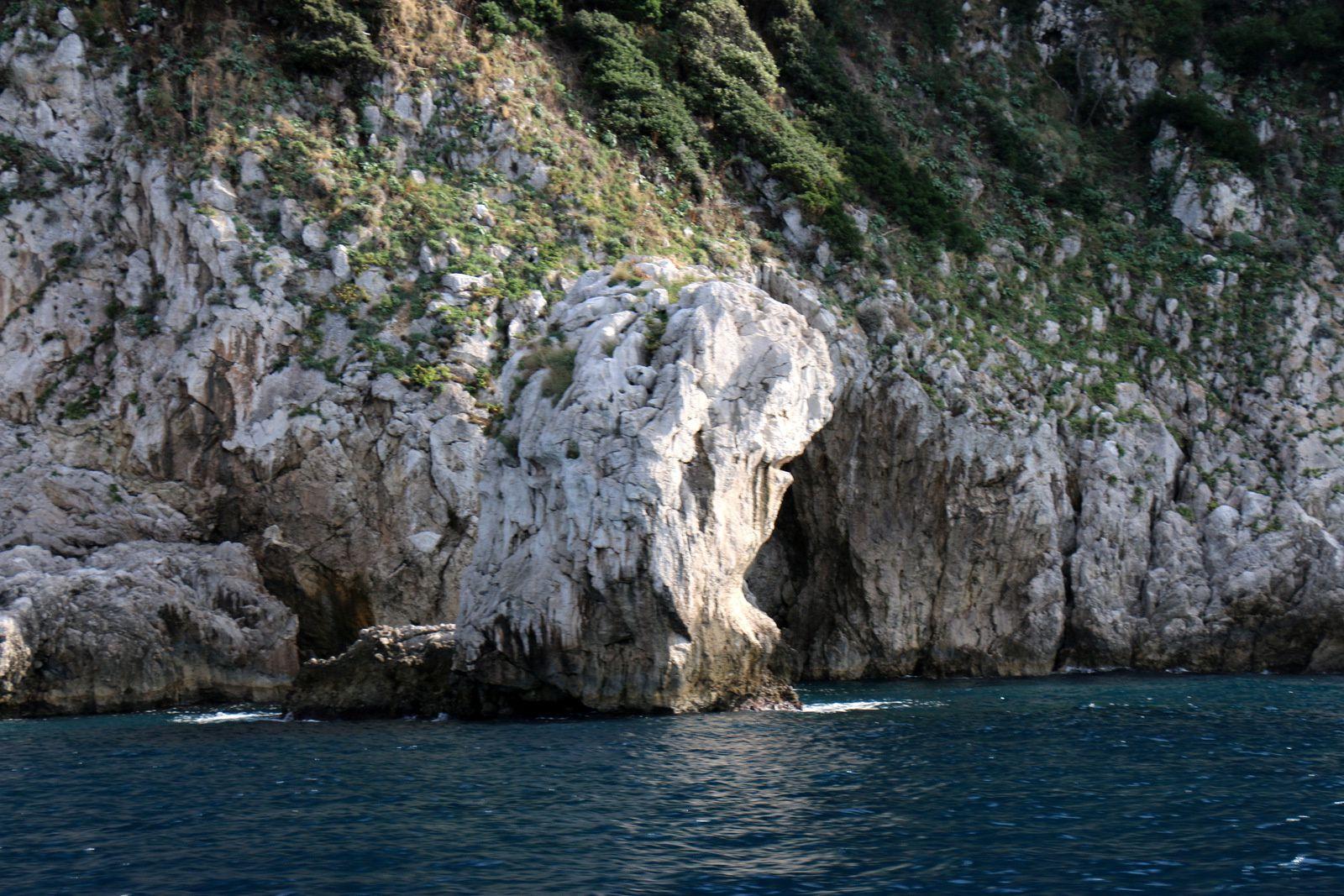 Départ pour le tour de l'île de Capri en bateau