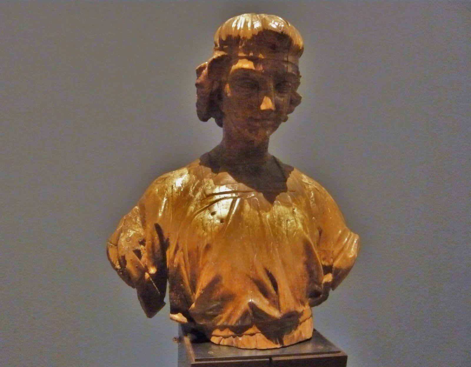 Figures de proue féminines et officier de marine