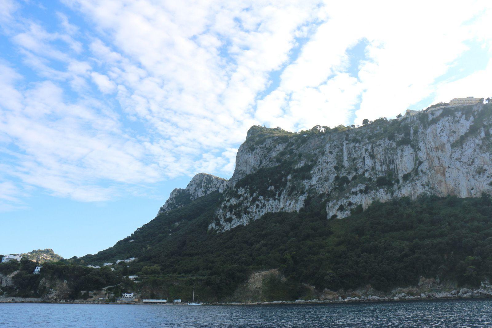 Fort du Monte Solara au-dessus du port de Capri