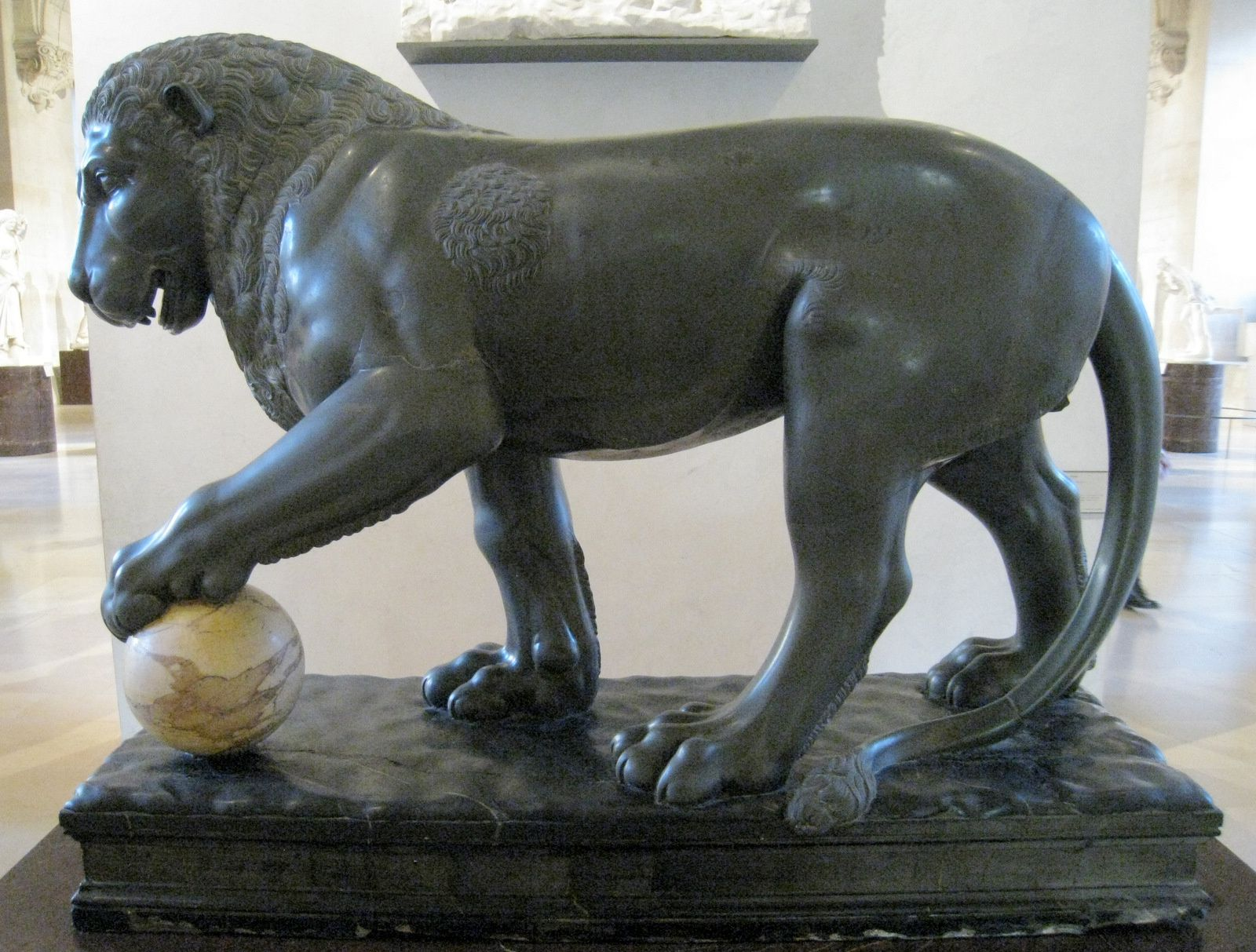 Lion de la collection Albani et buste de Sérapis
