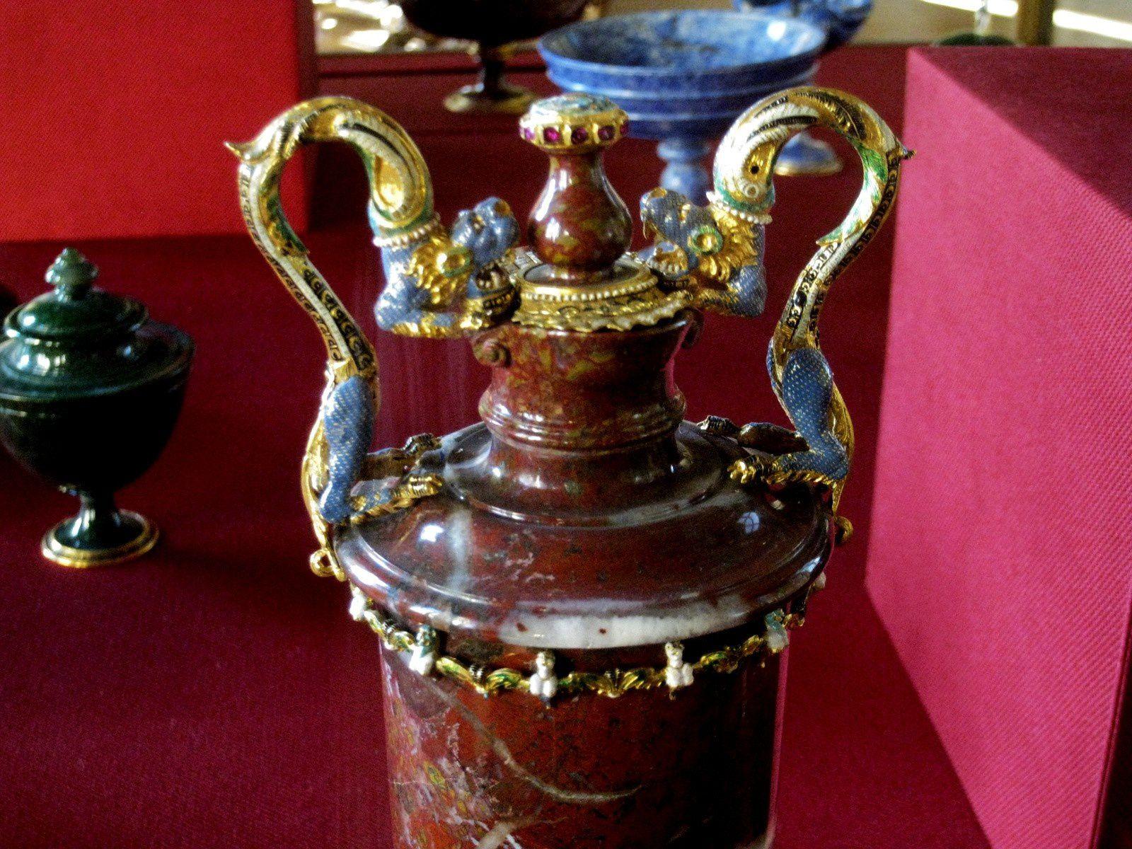 Vase de jaspe rouge, musée du Louvre