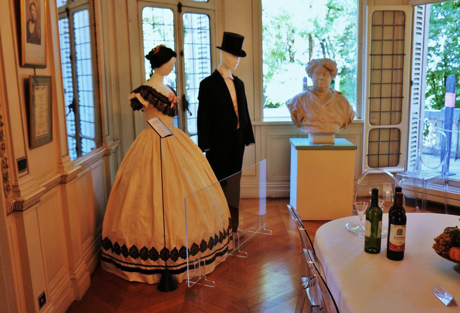 Robe de bal (vers 1865) et Tenue de soirée (vers 1850)
