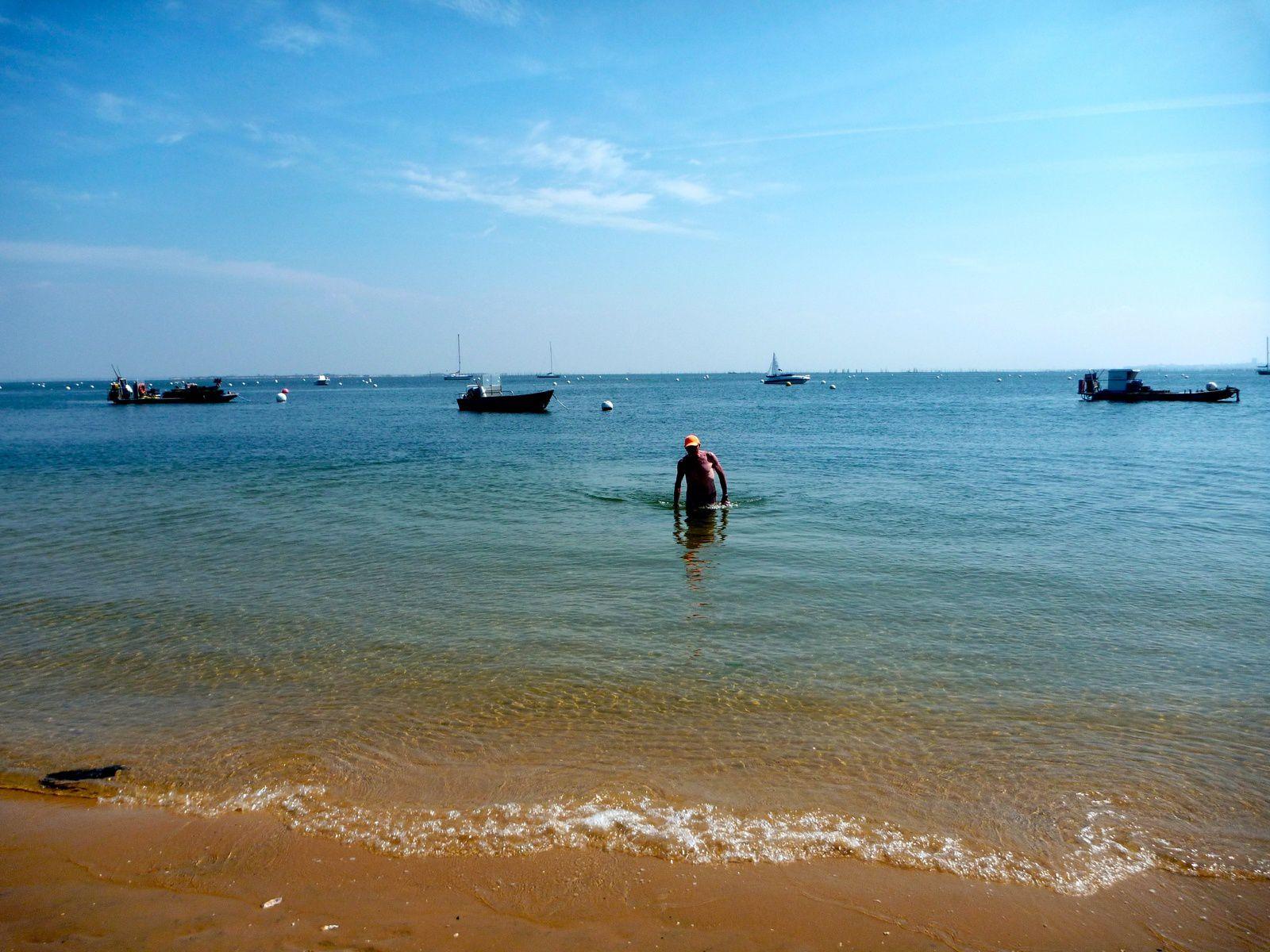 Le référent de la sortie paye de sa personne et montre l'exemple pour la premier bain de mer de l'année. Mais il restera le seul a goûter au charme d'un bain très vivifiant.
