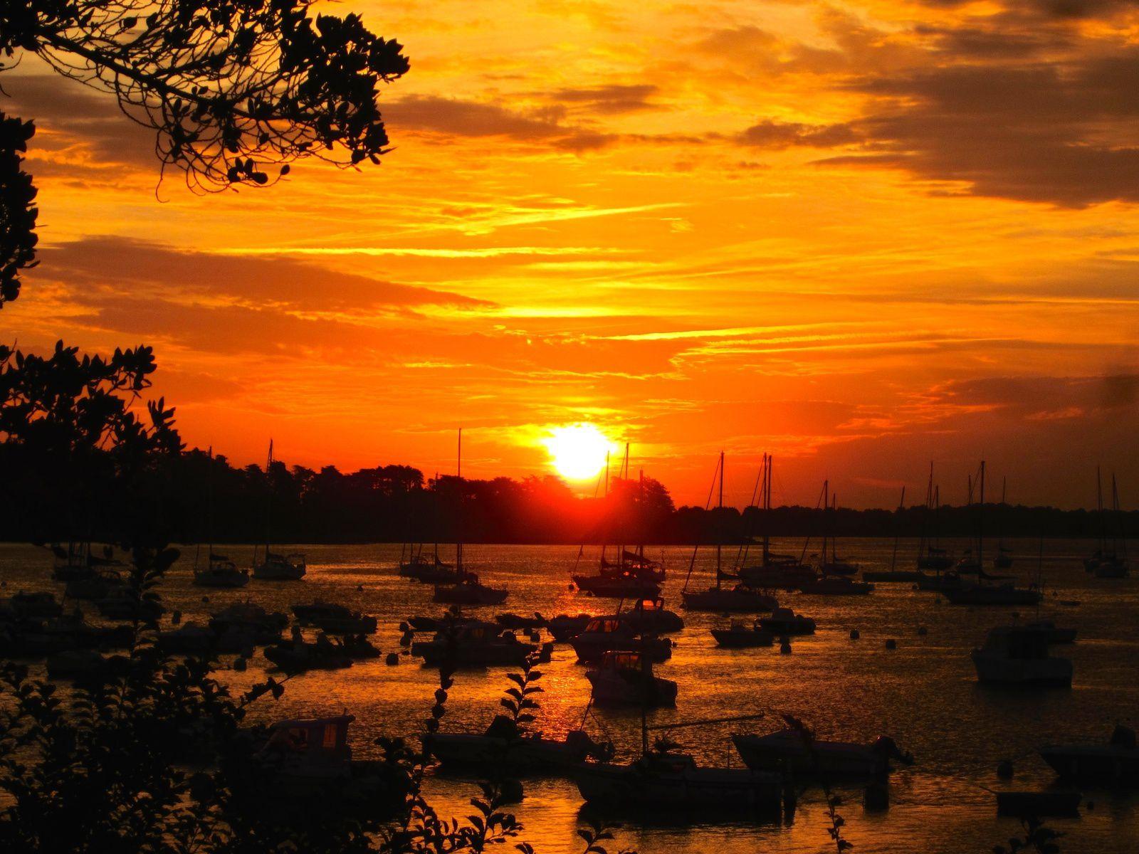 À l'est, chaque matin le grand spectacle du lever de Sa Majesté le soleil.