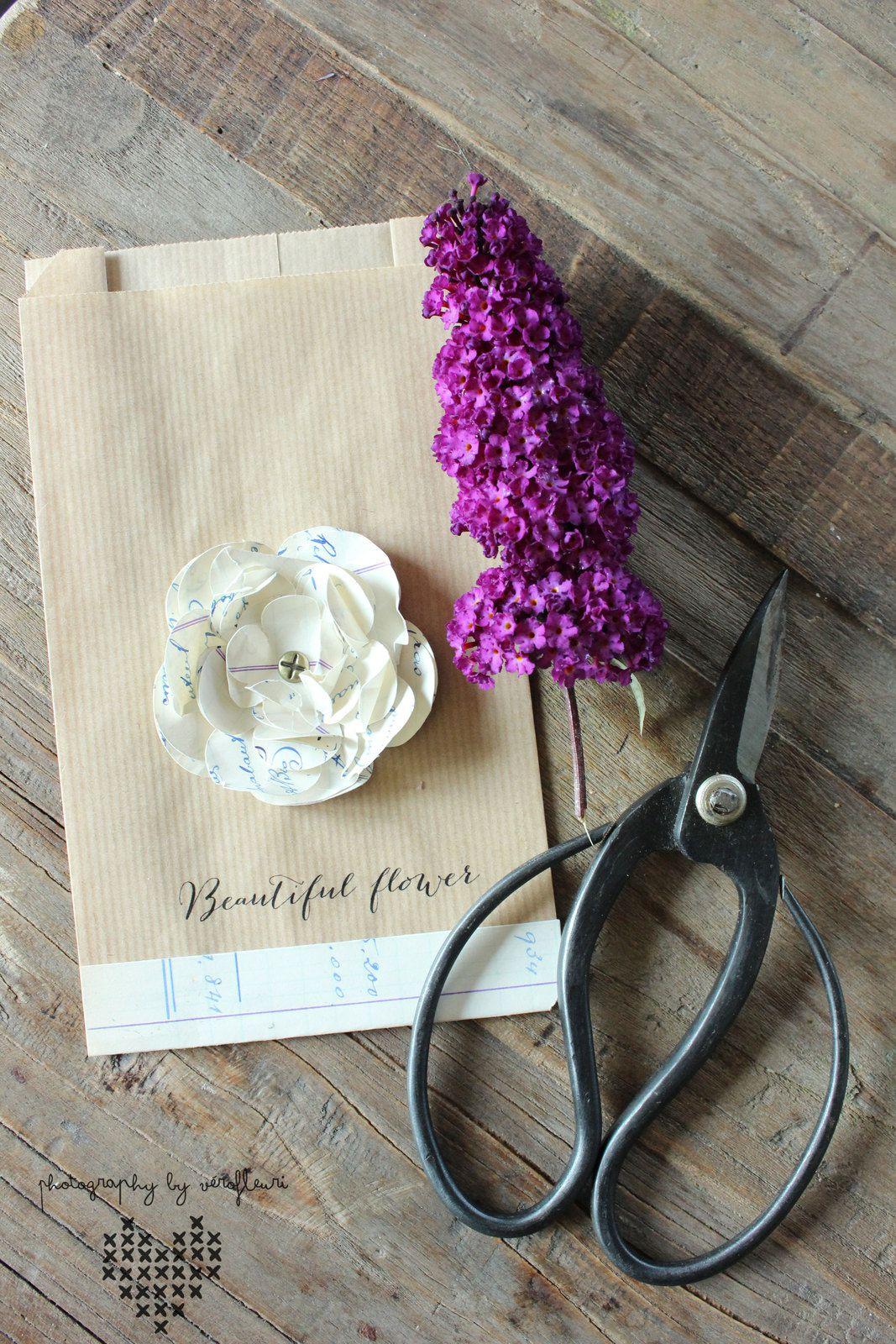 Fleur en papier vintage j'adore ...........toujours avec ma caméo