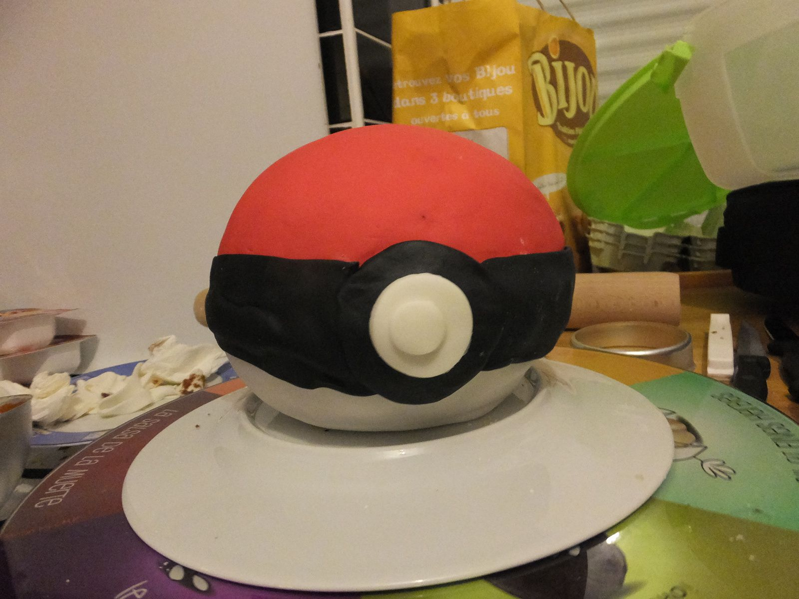 G teau d 39 anniversaire pokemon la pokeball surprise ker mary - Gateau surprise anniversaire ...