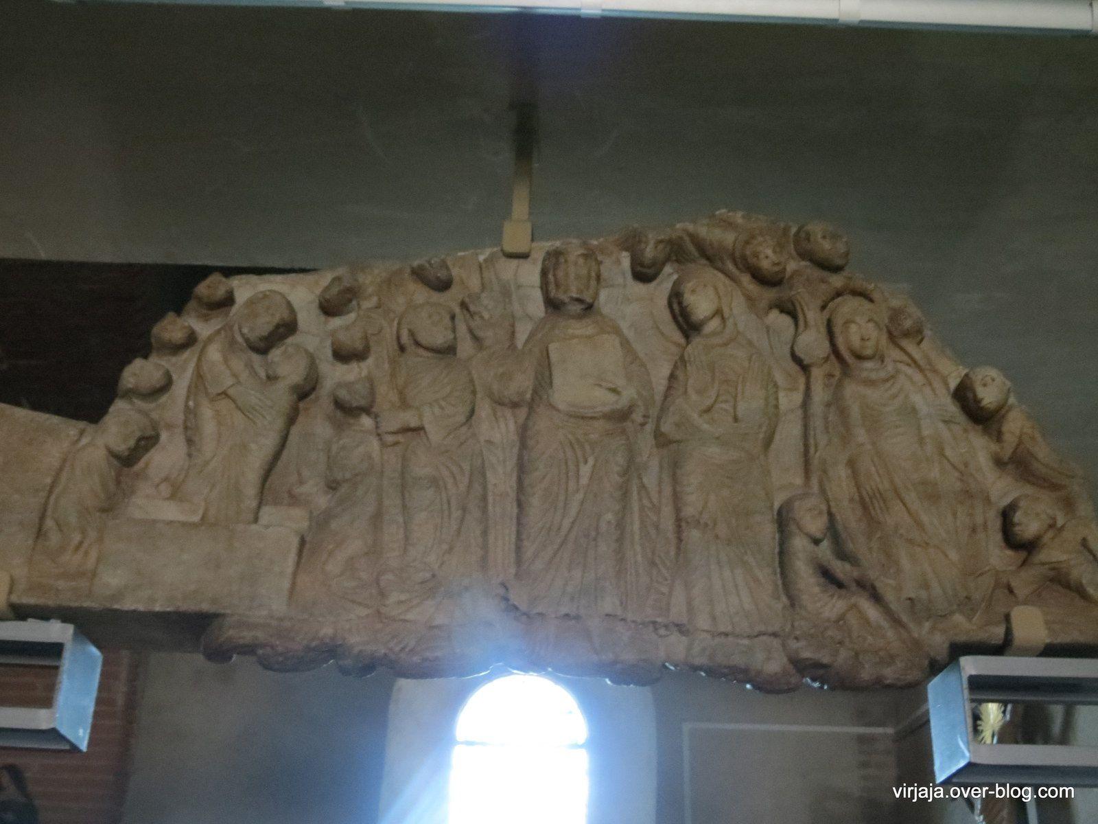 le tympan original dans l'église de Cabestany