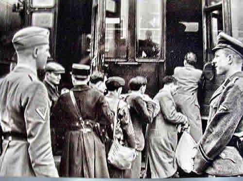 """Abtransport jüdischer Männer ins Internierungslager der französischen Üplizei, Gare d'Austeritz, Paris, 15. Mai 1941, li. Theodor Dannecker, """"Judenreferent"""" des Reichssischerungshauptamtes"""