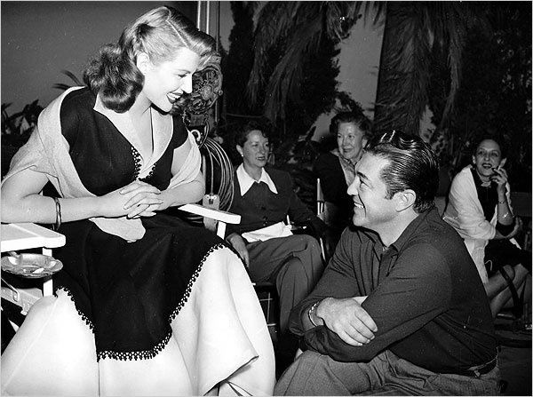 "Vincent Sherman et Rita Hayworth en 1952 sur le tournage de ""An Affair in Trinidad"""