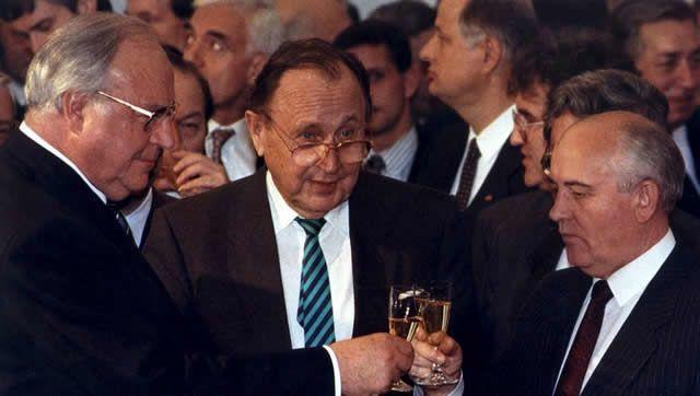 Hans-Dietrich Genscher (c) aux côtés d'Helmut Kohl, l'ancien chancelier allemand (g) et de Mikhaïl Gorbachev, l'ancien président de l'Union Soviétique (d), en novembre 1990