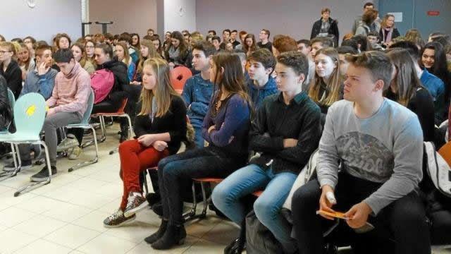À l'issue de l'intervention plusieurs élèves sont venus remercier Bernard Duval et ont souhaité lui serrer la main