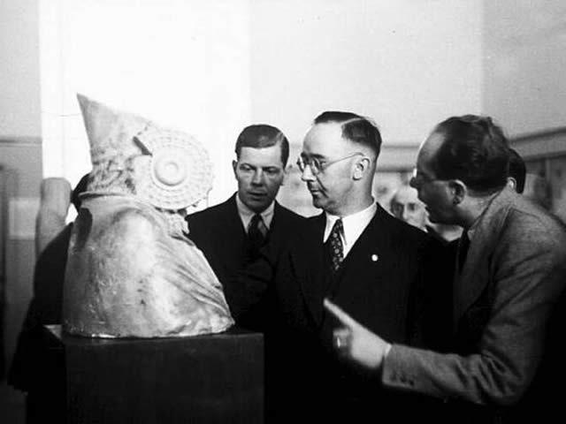 Himmler en su visita a España, ante la réplica de la Dama de Elche, en el Museo Arqueológico