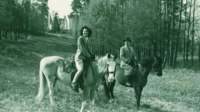 Une photographie inédite d'Arletty et de Hans Jürgen Soehring, en promenade à cheval, au château de Condé, en 1942, avant le tournage des Visiteurs du soir